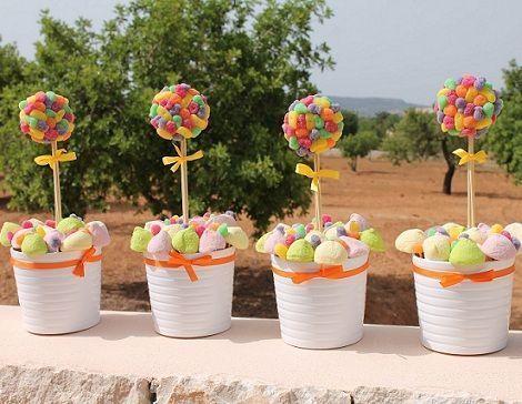 Cestos de gominolas para  las mesas de los niños. ¿Te imaginas una decoración de boda a la que se le pudiese dar un bocado?, pues a estos cestillos, sí.