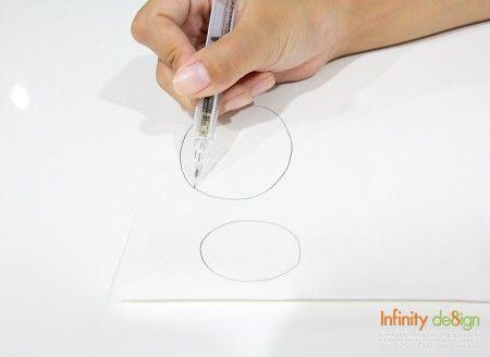 1. ลำดับแรกเรามาเริ่มลงมือวาดลำตัวและส่วนหัวของแกะน้อยกันก่อน! โดยส่วนของลำตัว วาดวงรีให้มีขนาดใหญ่สักหน่อย และในส่วนของหัวแกะ ให้วาดวงรีเล็กลง แล้วเราก็ใช้กรรไกรตัดตามเส้นกันเลย!