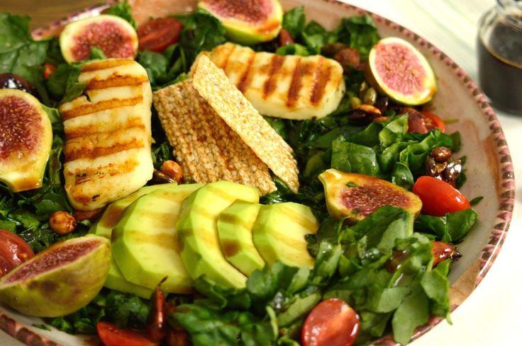 Σούπερ σαλάτα με λαχανικά, φρούτα, ξηρούς καρπούς και τυρί που μπορεί να  αποτελέσει από μόνη της ένα πλήρες γεύμα.  Να μας γεμίσει ενέργεια, γεμάτη βιταμίνες, φυτικές ίνες, ιχνοστοιχεία,  πρωτεΐνες που έχει ανάγκη ο οργανισμός μας για να λειτουργεί σωστά.  Η γλυκιά κρέμα μπαλσάμικου με σύκο συνοδεύει ιδανικά μια τέτοια σαλάτα  προσθέτοντας τη γεύση του φρούτου που υπάρχει και φρέσκο σ' αυτή.        ΜΕΡΙΔΕΣ: 2 ΑΤΟΜΑ ΧΡΟΝΟΣ ΠΡΟΕΤΟΙΜΑΣΙΑΣ: 30 ΛΕΠΤΑ ΣΥΝΟΛΙΚΟΣ ΧΡΟΝΟΣ: 1 ΩΡΑ    ΥΛΙΚΑ…