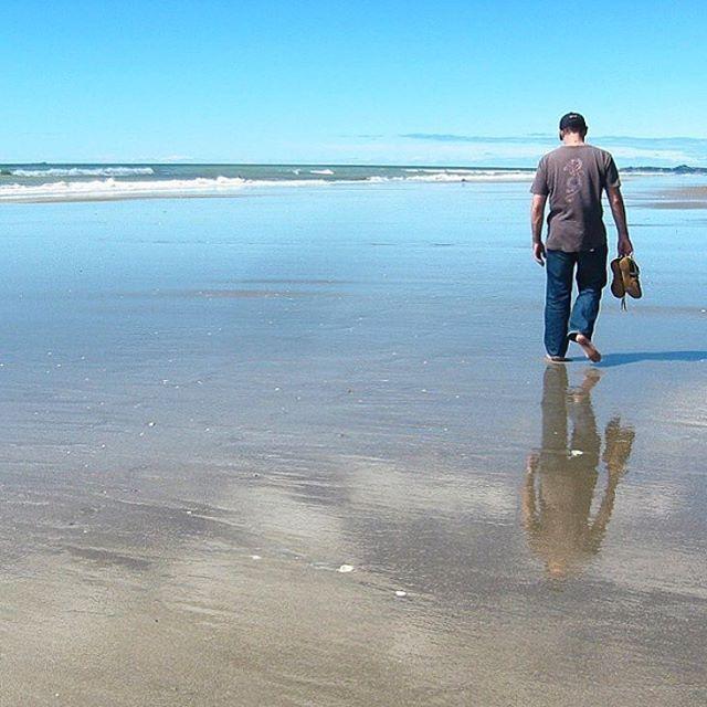 """204 Likes, 13 Comments - @kohinzgifts on Instagram: """"オークランドのムリワイ(カタカナが‥)ビーチ。寂しい背中と美しい鏡面ビーチがうまく融合しました #ムリワイビーチ #海 #海岸 #ニュージーランド #ビーチ #背中 #孤独 #ロンリー…"""""""
