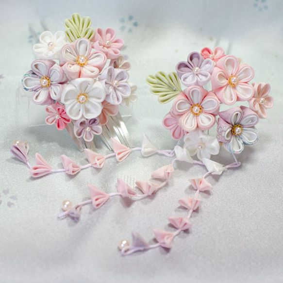 正絹の布を使用したつまみ細工のかんざしですピンク、紫、白で優しく可憐なかんざしに仕上げました。下がりの先、花芯はチェコガラスパールを使用しています。淡い色なの...|ハンドメイド、手作り、手仕事品の通販・販売・購入ならCreema。