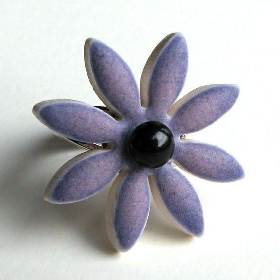 Porselensblomst (ring) fra  Liv-Heléns Keramikksmykker