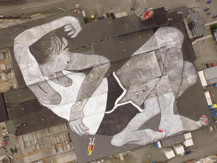 Le duo de street artists français Ella & Pitr viennent de réaliser ce qui est annoncé comme la plus grande création street art du monde, en peignant un gigantesque personnage allongé de 21 000 m2 sur les toits du Block Berge Bygg dans la ville de Klepp en Norvège. Une impressionnante création visible du ciel.