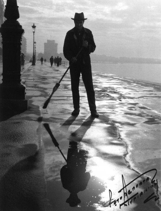 """Θεσσαλονίκη, οδοκαθαριστής στην παλιά παραλία..... Φωτο: Από το βιβλίο """"Γιάννης Κυριακίδης - Ζωή γεμάτη εικόνες""""  © έκδοσης 2013 Εκδόσεις Μίλητος - Γιάννης Κυριακίδης"""