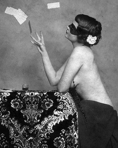 Η ''κυρία με τη μάσκα'' που ξετρέλανε το 1932 το κολασμένο Κολωνάκι - Guests Editors - LiFO