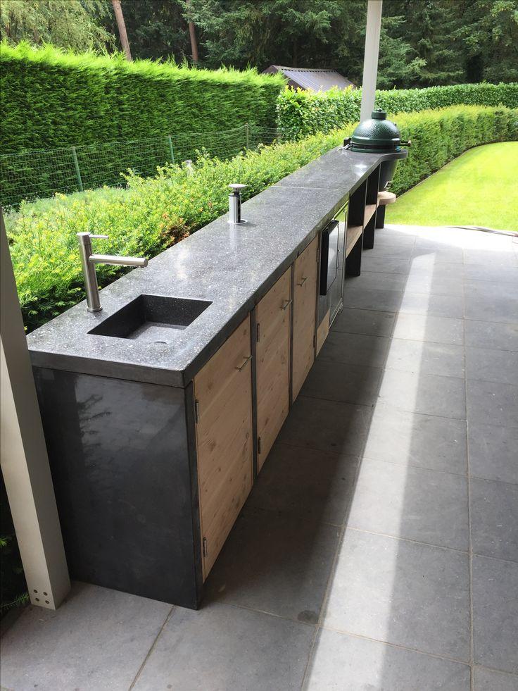 Buitenkeuken met terrazzo blad. Douglas houtwerk een Big Green Egg ingebouwd. Mooie Rvs koelkast en ijsblok machine.