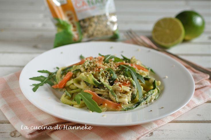 Spaghetti di zucchine con avocado, salmone affumicato e semi di canapa