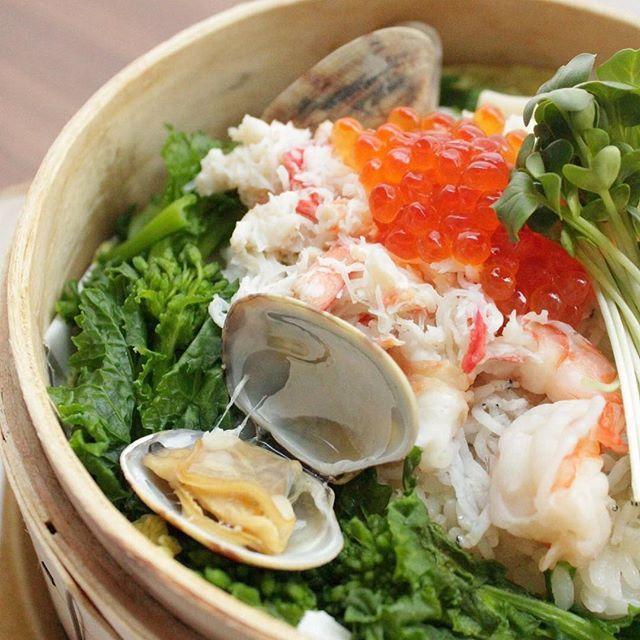 """少しずつ暖かくなってきましたね。 """"季節の海鮮せいろ飯"""" 5種類の海鮮がのったせいろ飯。 昆布だしと大葉のごはんで香りも良くボリューム満点。 ランチは〜17:00まで ディナーは17:00からです。 #ぶりこ#brico#ブリコ#ランチ#ディナー#カフェ#大須#矢場町#栄#名古屋カフェ#海鮮#せいろ飯#いくら#カニ#海老#昆布#アサリ#しらす#春#コース#ごはん#晩ごはん#スチームフード#蒸し料理#野菜"""