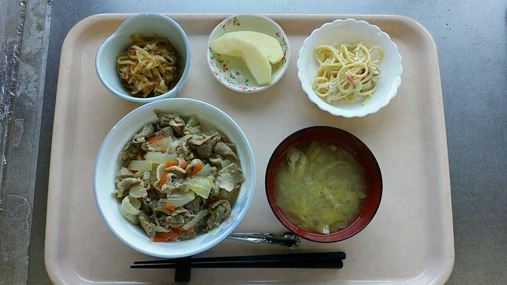 3月1日。ネギ塩豚丼、切り干し大根の煮物、スパゲティーとかにかまのサラダ、白菜の味噌汁、リンゴでした!ネギ塩豚丼が特に美味しかったです!608カロリーです