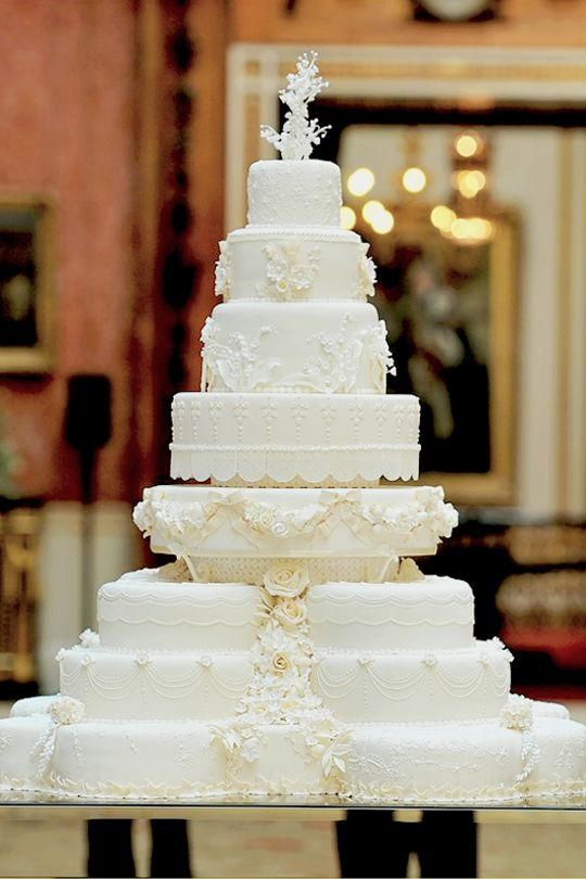 Important royal wedding moments 13/♔  cake, cake, cake, c a k e