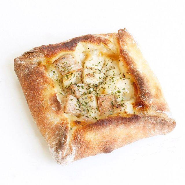 【ポテトとウインナーのガレット】 ガレットとは丸く薄いものという意味のフランス北西部の郷土料理です。そば粉が入ったクレープのようなガレットがよく知られていますね。ドンクではフランスパンの生地にマッシュポテトを混ぜて薄くのばし、ポテト、ウインナー、とろけるチーズを包み、カリッと焼き上げました。 . ドンクはただいまフランスフェア開催中! #フランスフェア #フランス #フランスパン #ガレット #ポテト #ウインナー #チーズ #じゃがいも #ドンク #パン #パン大好き #パン屋さん #ベーカリー #donq #bread #boulangerie #bakery #instafoodDONQ(ドンク)