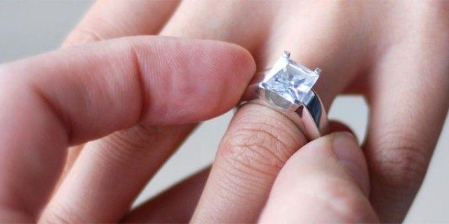 Lo stress da anello di fidanzamento rende ansiosi ..che pietra scegliere? Oro o Platino? Tiffany, Damiani, Cartier oppure scegliere con l'istinto?