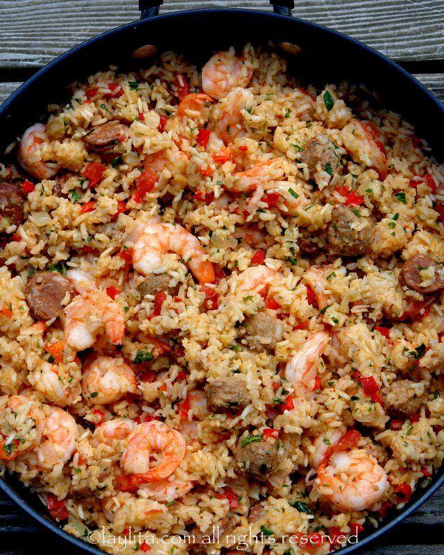 Receta para preparar arroz con chorizo y camarones, un platillo delicioso preparado con chorizo y arroz cocidos en un caldo de mariscos con camarones, cebolla, pimientos, ajo, tomate, y perejil o cilantro.