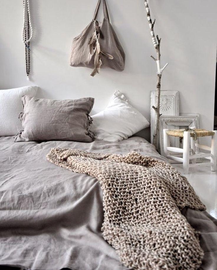 une chambre douce et cosy o le matelas est pos m me le sol la chambre passe en mode cosy. Black Bedroom Furniture Sets. Home Design Ideas