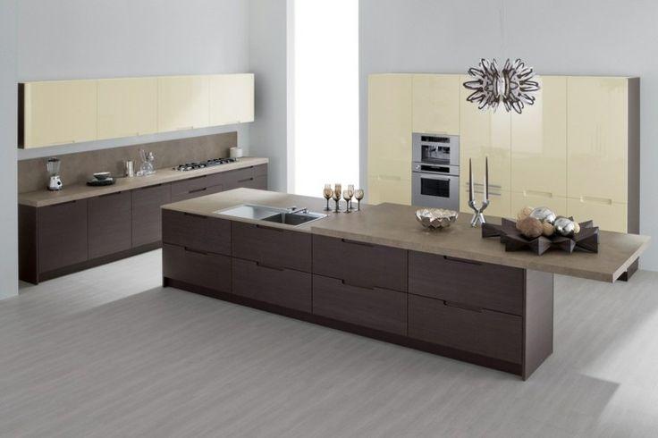 isla grande de color marrón en la cocina moderna