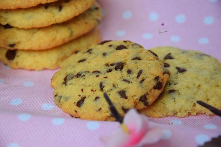 i biscotti con gocce di cioccolato sono dei morbidi biscotti di frolla arricchiti da gocce di cioccolato fondente. Buoni e facili da realizzare