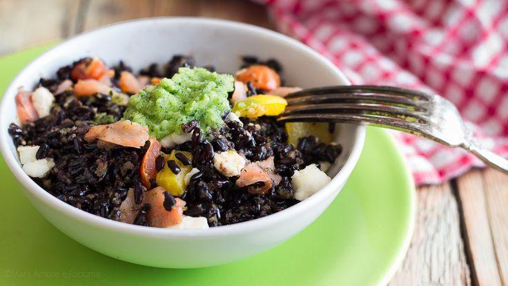 L'insalata di riso nero Venere è un primo piatto freddo perfetto da portare in spiaggia per il pranzo sotto l'ombrellone. Buono, sano e leggero!