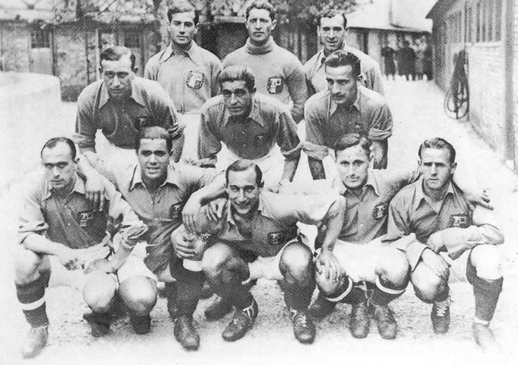 Equipo de la Euskal Selekzioa que jugó su primer partido oficial contra el Racing de París, venciendo 3-0 en el Parque de los Príncipes.  Fecha el 25 de Abril de 1937  Aquí con Isidro Langara.