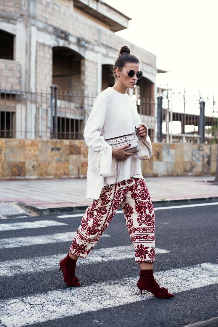 Nina Schwichtenberg trägt eine gemusterte Culotte, dazu einen beigen Sweater & die Proenza Schouler ps 11 Bag. Mehr auf www.fashiioncarpet.com