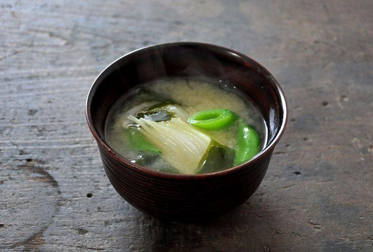 いちばん丁寧な和食レシピサイト、白ごはん.comの『新たまねぎの味噌汁の作り方』を紹介するレシピページです。春野菜は彩りがよいので味噌汁にぴったりです!レシピでは風味や食感、色合いの異なる新玉ねぎとスナップえんどうを合わせました。写真付きで『新たまねぎの味噌汁の作り方』を詳しく紹介しています。