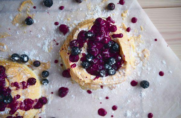 Πάβλοβα με sauce από μύρτιλα και FLAIR Cottage Cheese  Υλικά:  Για τις μαρέγκες 3 ασπράδια αυγού 100 γρ. ζάχαρη 1/2 κ.γ. λευκό ξύδι 1 κ.γ. εκχύλισμα βανίλιας 1 1/2 κ.γ. κορν φλάουρ   Για τη  sauce 150 γρ. blueberries 2 κ.σ. ζάχαρη άχνη 2 κ.σ. Flair 1 κλωναράκι βανίλιας