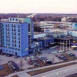 Hotel Tallinn Viimsi SPA sijaitsee maalauksellisella Viimsin niemellä noin 10 km Tallinnan keskustasta. Kauniit hiekkarannat ja metsä- sekä retkipolut tarjoavat hyvät puitteet tervehenkiseen rentoutumiseen ja kylpylähotellissa on runsaasti ajanvietemahdollisuuksia koko perheelle. #eckeröline #tallinna #viimsi #hoteltallinnviimsispa