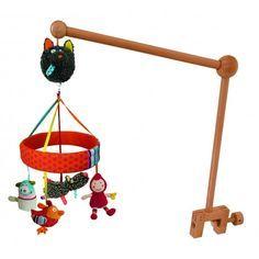 Le mobile musical Louloup est composé d'une potence en bois.Une boite à musique caché dans la tête du louloup,et des 4 copains qui tournent au dessus de bébé