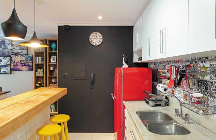 Revista Decorar mais por menos :: Cor na medida certa - Tons alegres e vibrantes somados a soluções originais e acessíveis pontuam a decoração da cozinha e sala de jantar deste apartamento em São Paulo