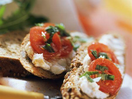 Quark mit Tomaten auf Brot