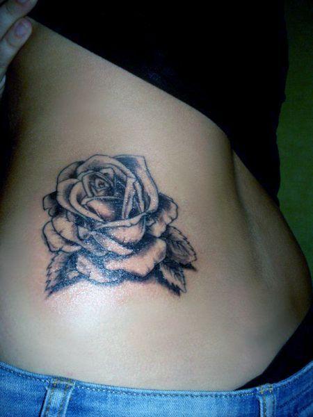 tatuaże damskie róża na boku