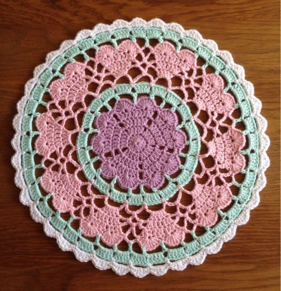 FREE Doily Placemat crochet pattern - Pinned by intheloopcrafts.blogspot.co.uk