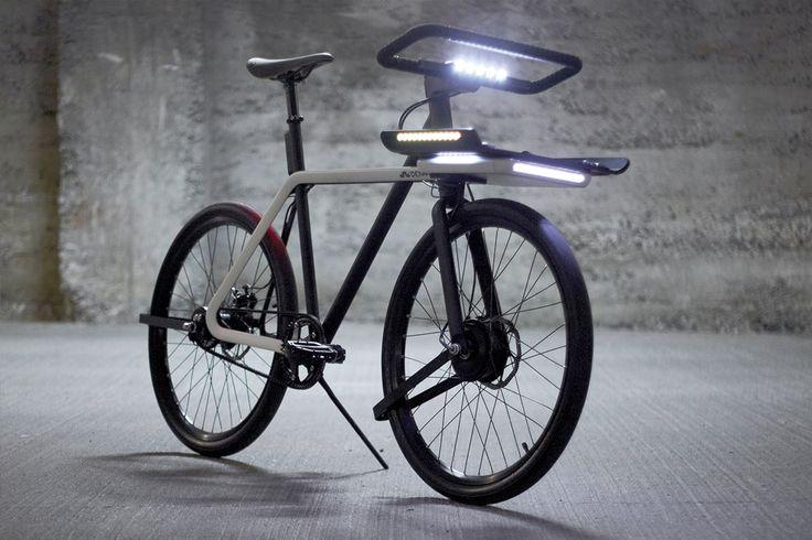 Een strak design, een stuur dat tegelijkertijd een slot is en handige verlichting. Deze superslimme elektrische fiets is innovatief, functioneel en tof!
