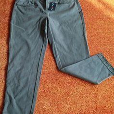 NEU Damen Hose Designer Jeans Stretch Gr.40/L/27 ANNA MONTANA P.69,95€ Sehr Trendy. Es kann auch als 7/8 Hose sein, natürlich je nach Grösse. Hochwertig mit verschiedene Nieten bearbeitet. Sehr angenehm zu tragen.  Leicht Verwaschener Optik. Unten mit 4 cm Schlitz, Fransen. Super kombinierbar. Richtiger Hingucker. Die Farbe Olivgrau? Siehe Bilder. 64% Baumwolle 33% Lyocell 3% Elastan Bund Weite ca. 43 cm Länge ca. 95 cm Fuß Weite unten gemessen ca. 17 cm 304A