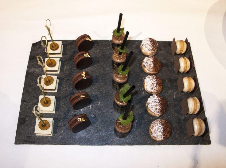 Selección de postres presentados sobre #platos de #pizarra. #slate #sweets #desserts