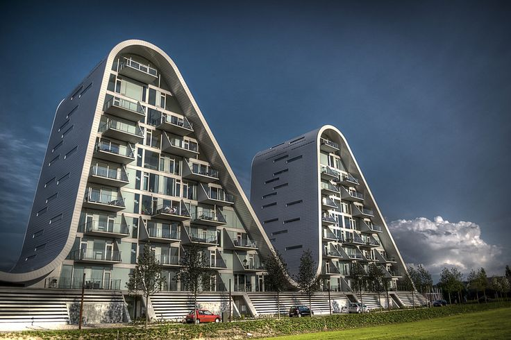 """ザ・ウェーブ デンマーク南東部のヴァイレのランドマークにもなりつつある波状のデザインをした住居ビル。同国での「建築の巨匠」ヘニング・ラーセンが設計した。 The Wave Residential building that has a wavy design that is also becoming the landmark of Vejle in Denmark southeast . """"Architecture of the maestro """" Henning Larsen in the country was designed ."""
