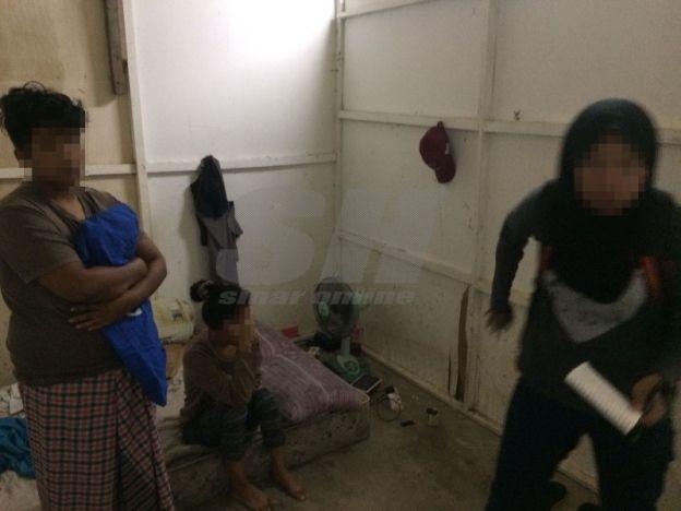 Dua gadis tempatan mengaku pasangan lesbian dicekup khalwat bersama lelaki warga asing   Dua gadis tempatan yang mengaku pasangan lesbian dicekup berkhalwat bersama seorang lelaki warga asing di rumah sewa pasangan kekasih tersebut di sini semalam oleh penguat kuasa Jabatan Hal Ehwal Agama Terengganu (JHEAT).  Dua gadis tempatan mengaku pasangan lesbian dicekup khalwat bersama lelaki warga asing  Dalam serbuan kira-kira jam 12.50 tengah malam itu gadis berusia 18 dan 20 tahun berkenaan…