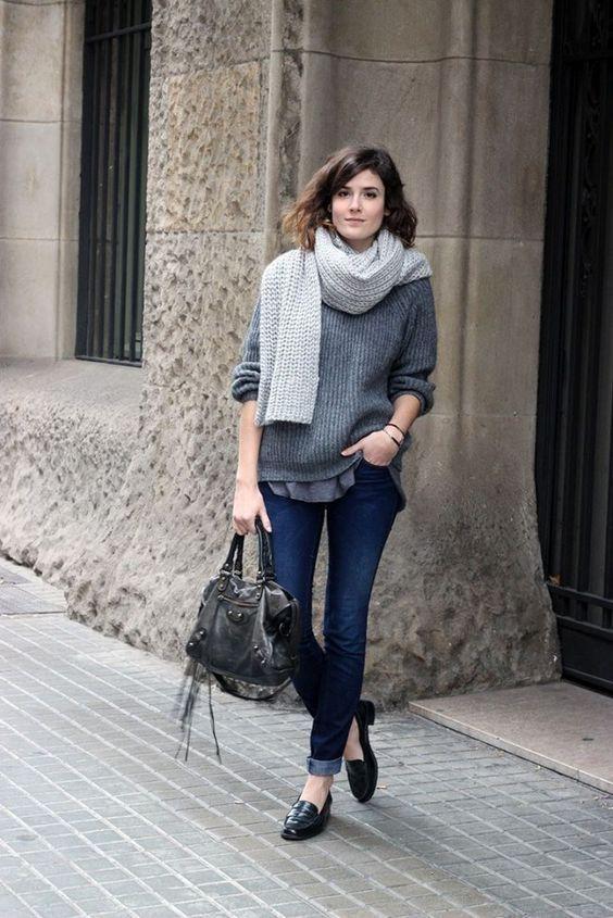 Calça jeans com a barra dobrada e Penny loafer: essa combinação das décadas de 50 e 60 continua se reinventando e se tornando tão atual.