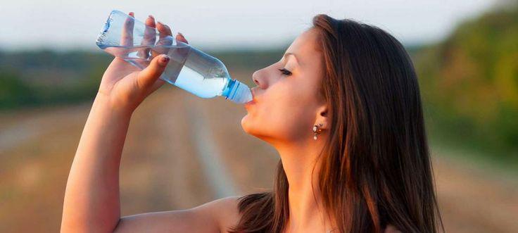 Al practicar deporte y con las altas temperaturas, el cuerpo sufre una fuerte deshidratación que debe suplirse bebiendo líquidos.