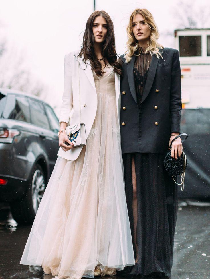 Perfekt für eine Abendveranstaltung: bodenlange Abendkleider aus Spitze kombiniert mit androgynen Oversize-Blazern, gesegen abseits der Fashion Week Paris.Passt dazu: Hochsteckfrisuren - Ideen & Styling Tipps