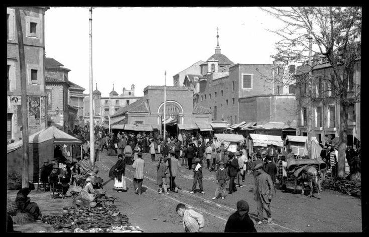 MURCIA año 1912 - inmediaciones de la plaza de abastos de Veronicas, en dia de mercado, jueves. A la izquierda podemos observar el desaparecido convento de San francisco. También aparece un cartel taurino de la feria de 1.912.   https://www.facebook.com/photo.php?fbid=10211531352943769&set=gm.1525371160845420&type=3&theater&ifg=1