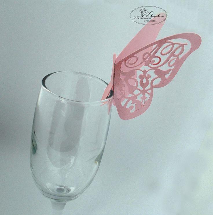 Рассадочная карточка в виде бабочки с инициалами молодоженов.