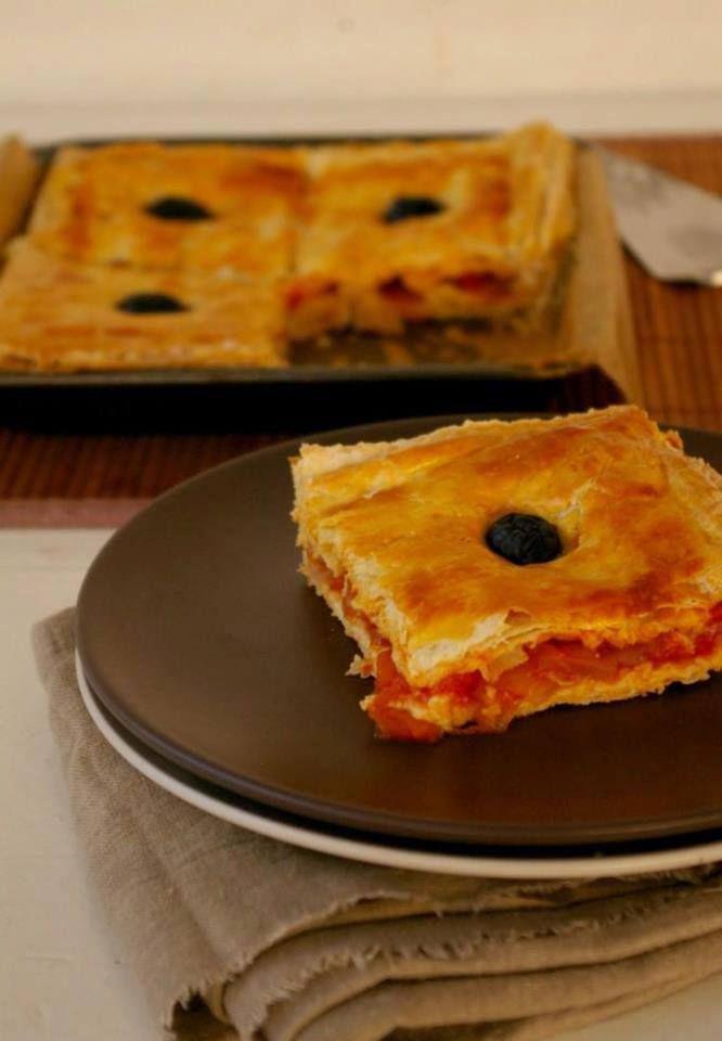 pizza couverte Ingrédients : 2 rouleaux de pâte feuilleter 4 tomates bien mures 2 oignons 1 poivrons 200 g de viande haché Sel, poivre préparation : Faites cuire la viande haché dans un peut d'huile ajouter l'oignon émincés les épices et mélanger. ensuite ajouter le poivron coupé en morceaux laisser cuire pendant 10 a ¼ d'heure et ajouter les tomates couper en dés laisser cuire encore pour avoir une sauce onctueuse Etaler un rouleaux de pâte feuilleter et verser la sauce tomate sur toute la…