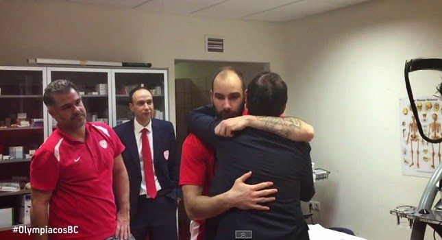 RedTheos24: Ο Τσάβι Πασκουάλ στα αποδυτήρια του Ολυμπιακού (vi...