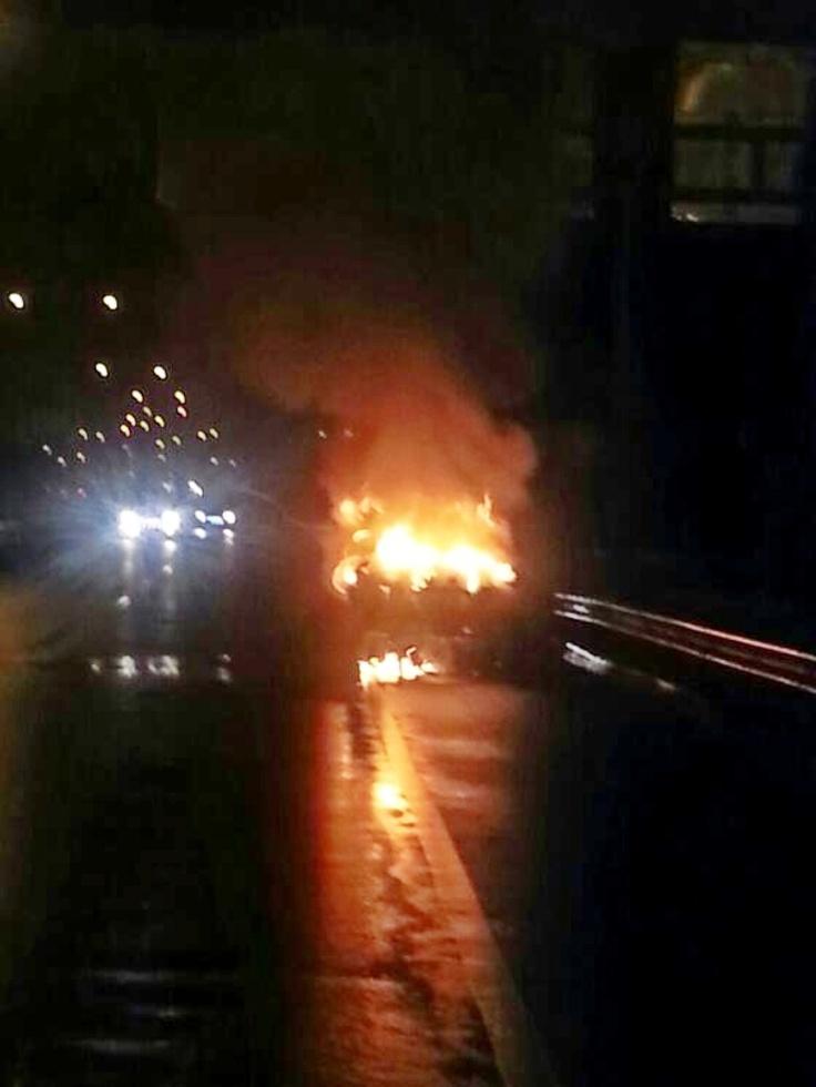 01:34 Opel Blazer B 100 JA terbakar di KM 34 Tol JORR Bambu Apus (arah ke Cikunir) & msh penanganan Petugas Polri.