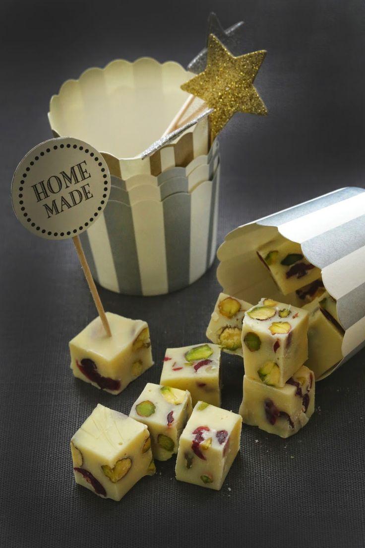 Petits cubes de fudge chocolat blanc , cranberries séchées et pistaches à offrir en cadeaux gourmands | On dine chez Nanou