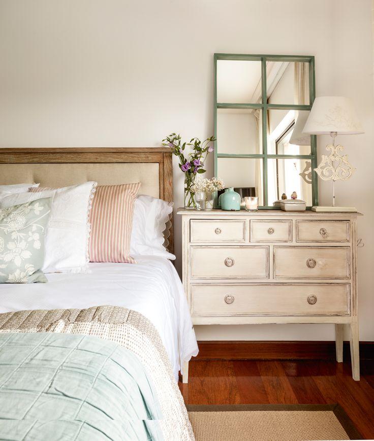 4_Dormitorio con cómoda a modo de mesita de noche, con esoejo con cuarterones_417671 MESITA-NOCHE