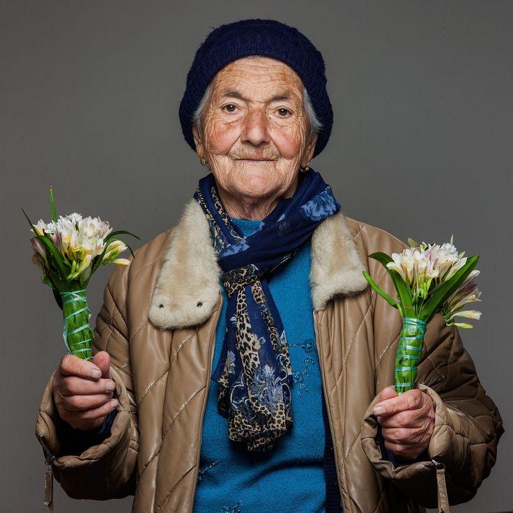https://flic.kr/p/rvLT9D | fioraia con fresie_MG_2472 | venditrice di fiori ambulante  flower seller walking