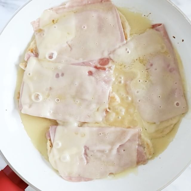 Skillet Chicken Cordon Bleu – boneless chicken cutlets topped with ham and Swiss in a light lemon Dijon sauce. No rolling, no breading – an easy weeknight chicken dish your family will LOVE!  Smart Points: 5 • Calories: 258 http://www.skinnytaste.com/skillet-chicken-cordon-bleu/ link in profile