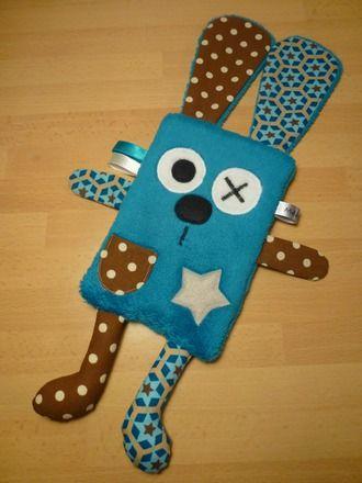 Doudou plat lapin bleu et marron  • Tissu poilu bleu • Tissus : marron bleu étoilé - marron pois blanc • Feutrine beige pour l'étoile • Yeux - nez : feutrine noire  - 17249331