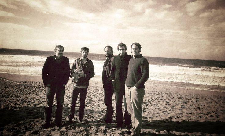 """Banda de rock (Getxo, 2002). Con su maqueta """"Apaga el día"""" (2002), se presentaron en el concurso Villa de Bilbao. Tras este éxito mandaron su maqueta a Paco Loco, con quien grabaron su primer LP """"El sur de mi vida"""" (2003). En 2008 Subterfuge Records publicó su tercer álbum, """"Mundo marino"""". Participaron en el Festival Panorámico de Guadalajara, celebrado el 6 de noviembre de 2009. Ese mismo mes salió a la venta """"Tú nunca morirás"""", tercer trabajo largo de la banda."""